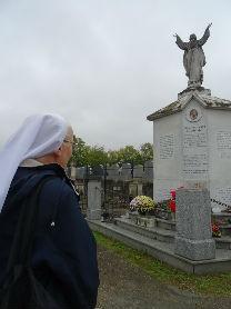 Tombe du Père Chaminade avec Soeur Franca Zonta Supérieure Générale